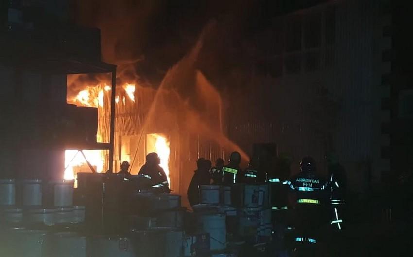 В Баку полностью потушен пожар на фабрике по производству красок