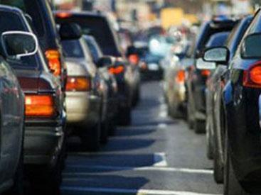 На улице Зарифы Алиевой отмечается плотное движение транспорта