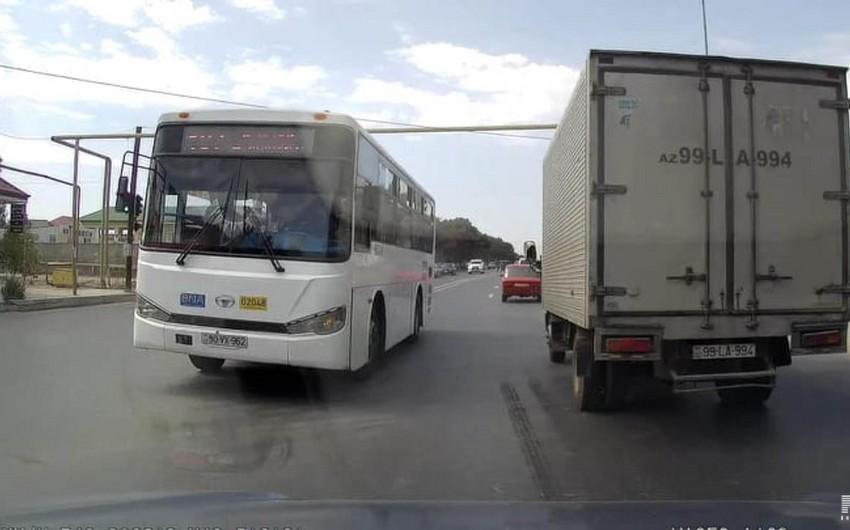 Bakıda daha bir marşrut avtobusunun sürücüsü sərnişinlərin həyatını təhlükəyə atıb - VİDEO
