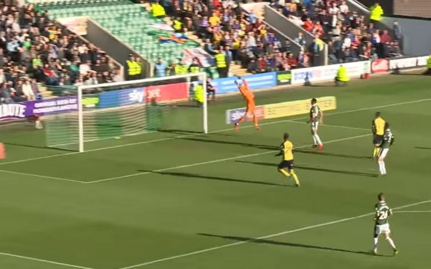 В Англии футболист проигнорировал фэйр-плей, забив гол травмированному вратарю