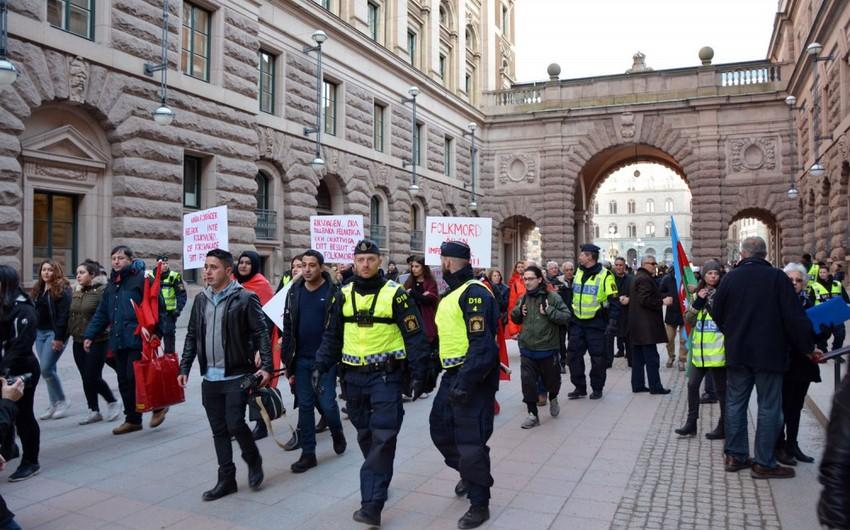 Türk və Azərbaycan diasporunun nümayəndələri İsveç parlamenti qarşısında etiraz aksiyası keçiriblər