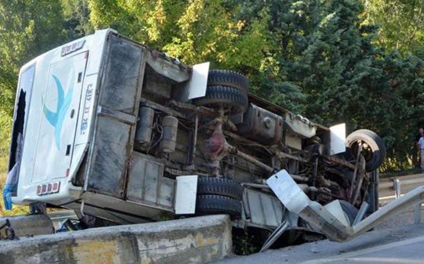 İstanbulda mikroavtobus aşıb: 1 ölü, 12 yaralı - FOTO