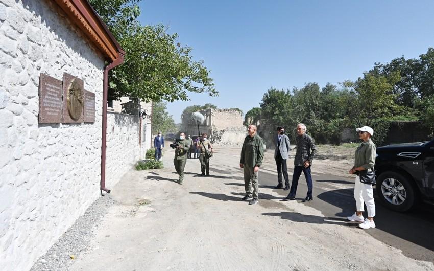 В открытии дома-музея Бюльбюля приняли участие Президент Ильхам Алиев и Мехрибан Алиева