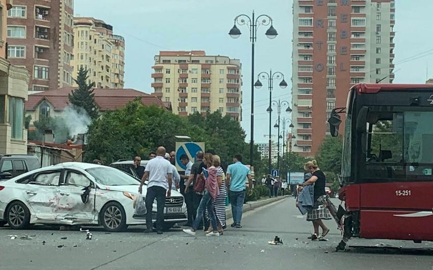 BakuBusun avtobusu avtomobillərlə toqquşub, xəsarət alan var - FOTO