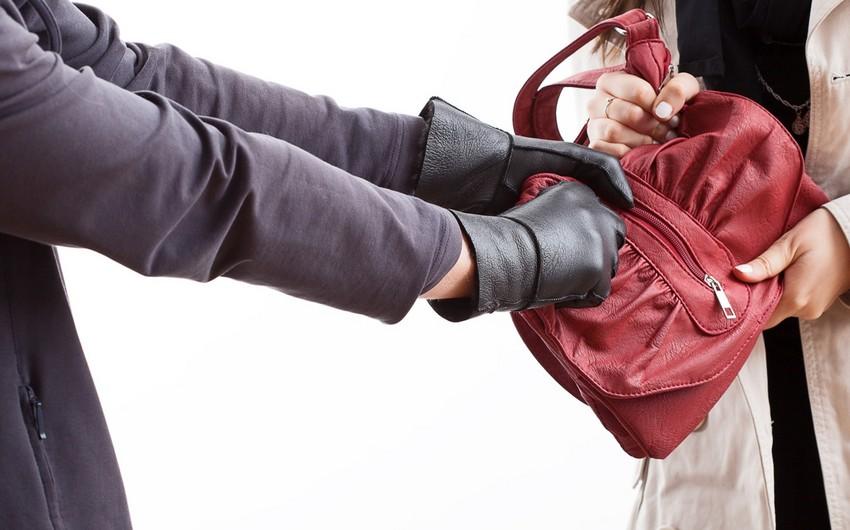 Bakıda qadının içərisində pul, qızıl və telefonlar olan çantası əlindən alınıb