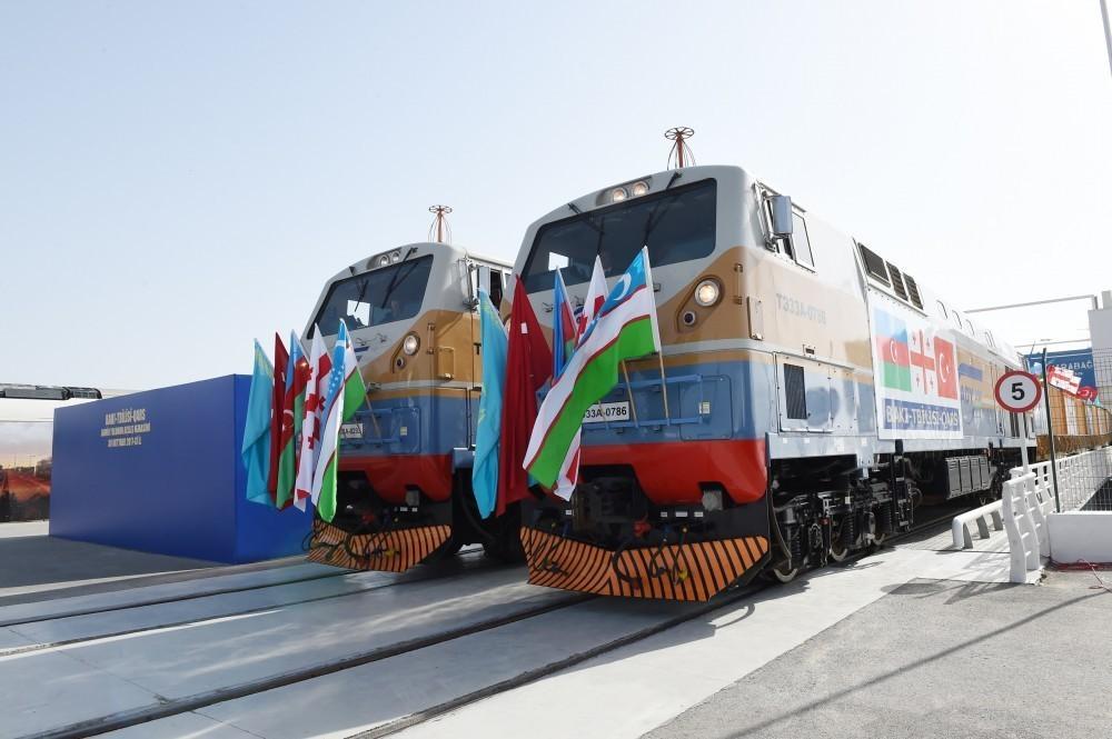 По Баку-Тбилиси-Карс отправлен поезд рекордной длины