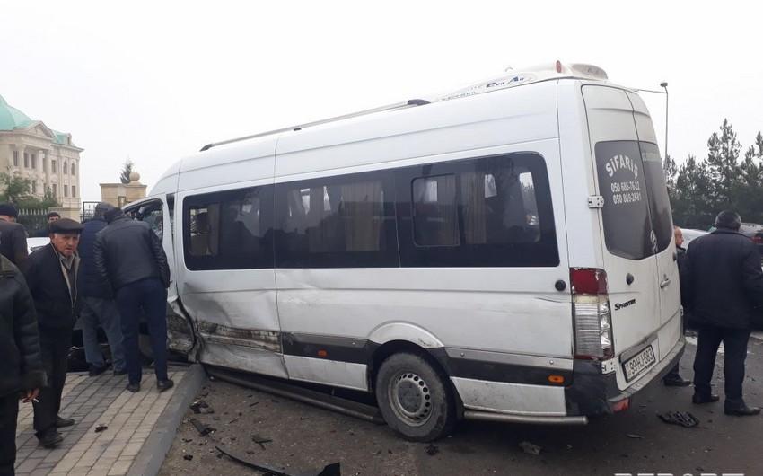 Gəncədə mikroavtobuslar toqquşub, iki nəfər xəsarət alıb - YENİLƏNİB