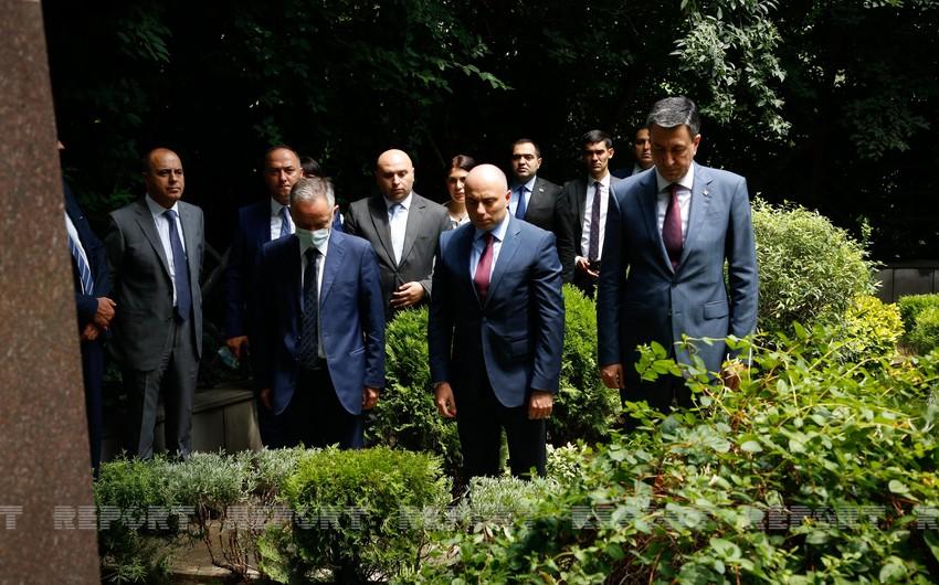Nazir Tbilisidəgörkəmli azərbaycanlıların panteonunu ziyarət edib