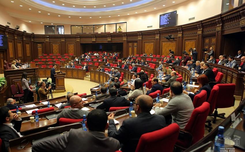Ermənistan parlamentində jurnalist döyülüb