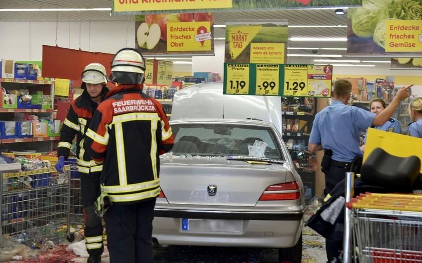 Almaniyada 91 yaşlı kişi maşınla supermarketə girib