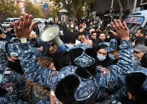 Yerevanda etirazçılar metronun işini iflic edib