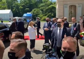 Reporters stage stampede outside Putin-Biden meeting room