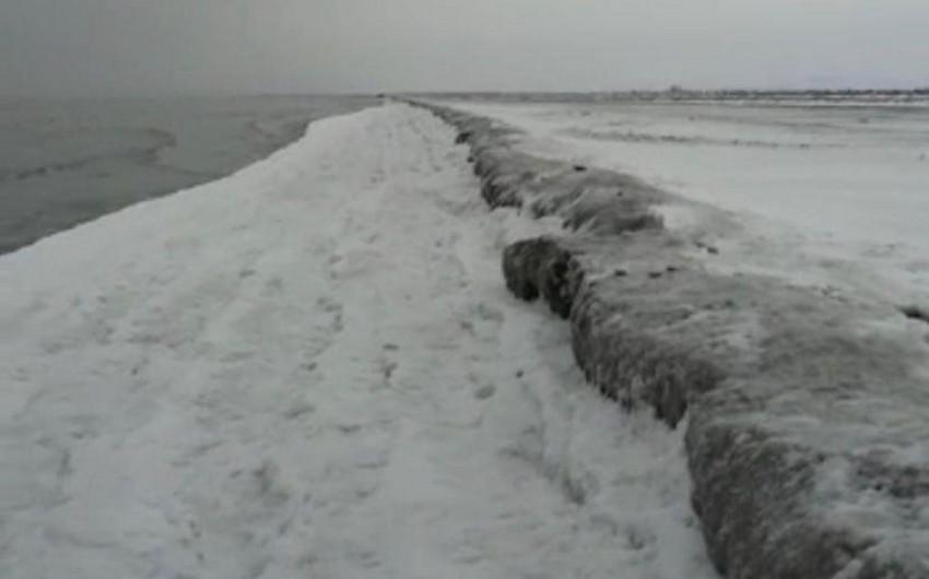 Институт географии НАНА о причине замерзания прибрежной полосы Каспия