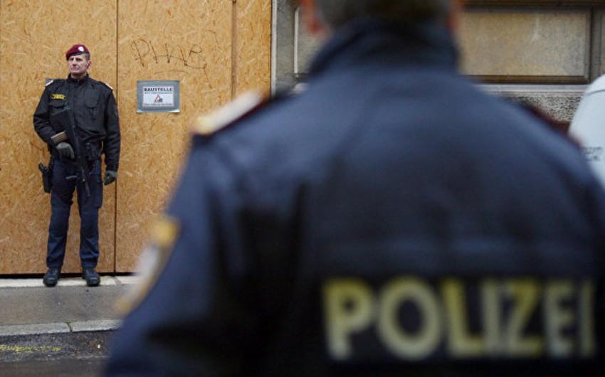 Avstriya parlamentinin binası yaxınlığında polisə hücum edilib