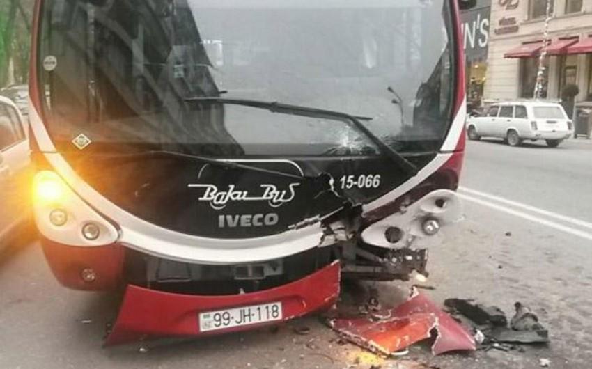 Bakıda sərnişin avtobusu qəzaya düşüb