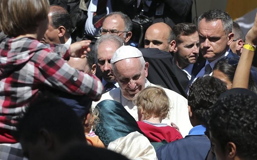 Roma Papası yunan adasından 12 suriyalı qaçqını aparıb