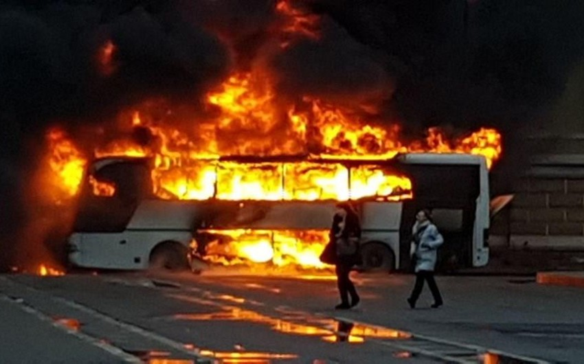 Sankt-Peterburqda turistik avtobus yanaraq kül olub