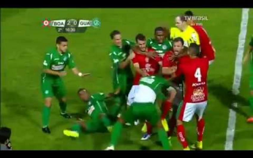 Braziliyada futbol matçı zamanı müdafiəçi hakimi vurub - VİDEO