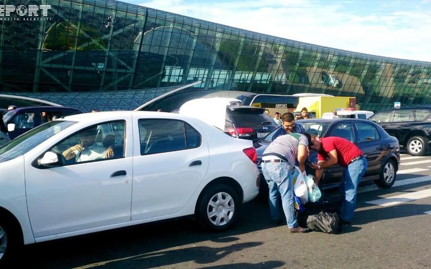 Bakı aeroportunda taksilərin nizamsız parklanması tıxac yaradır - FOTOREPORTAJ