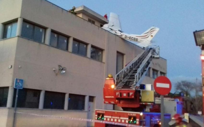 В Испании небольшой самолет упал на АЗС под Барселоной - ВИДЕО