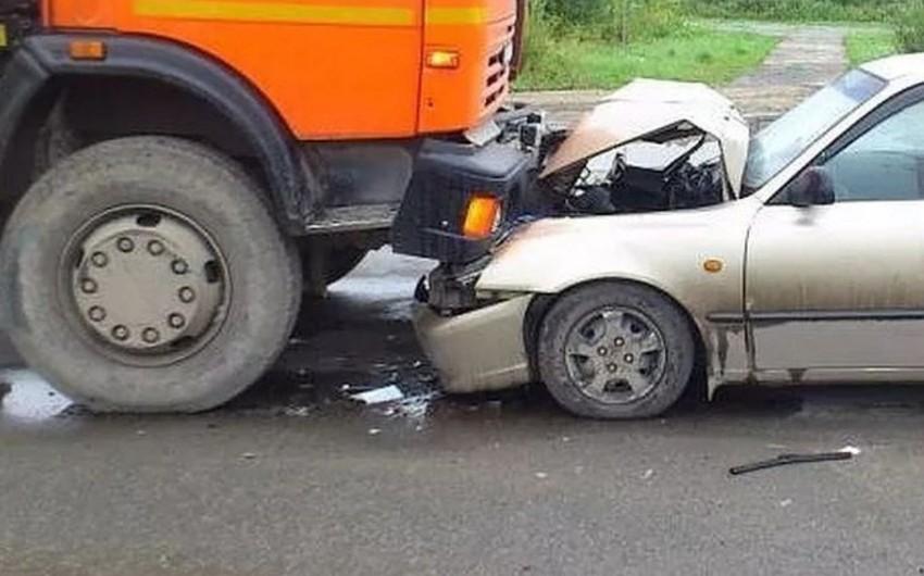 Nərimanov rayonunda minik avtomobili yük maşınına çırpılıb