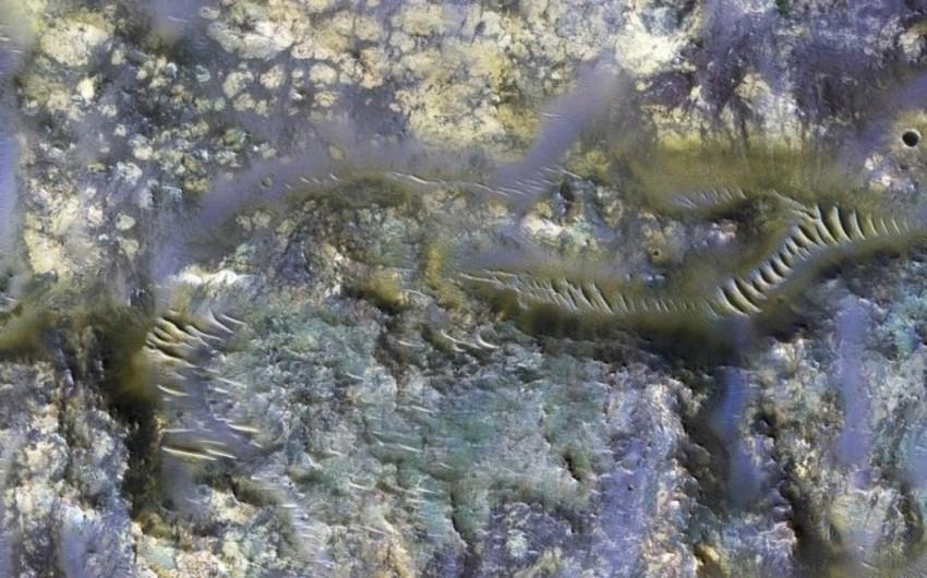 NASA Marsdakı nəhəng rəngli kraterlərin şəkillərini nümayiş etdirib