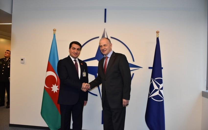 Azərbaycan Prezidentinin köməkçisi NATO baş katibinin müavini ilə görüşüb