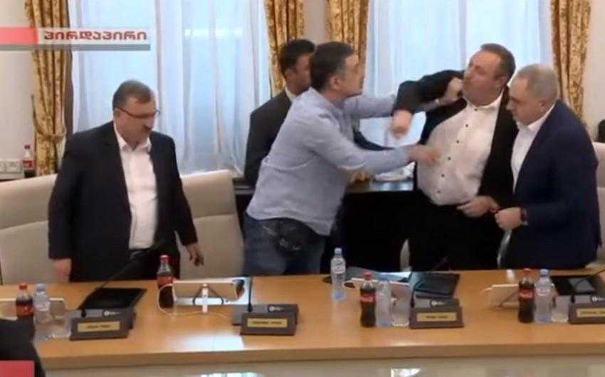 Gürcüstan parlamentində deputatlar arasında qarşıdurma baş verib - FOTO
