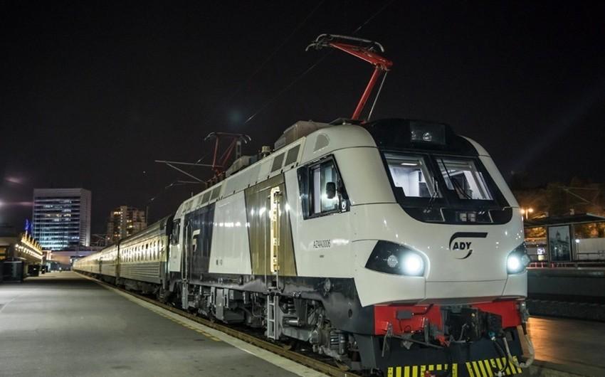 Bakı-Tbilisi-Bakı sürət qatarı ilk dəfə olaraq sərnişin lokomotivi ilə yola salınıb