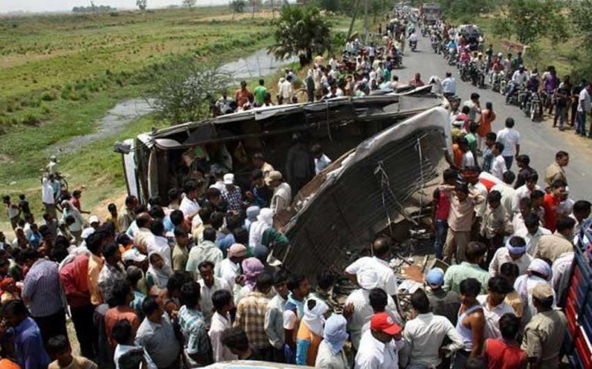 Hindistanda avtobusla yük maşını toqquşub: 13 ölü, 30 yaralı