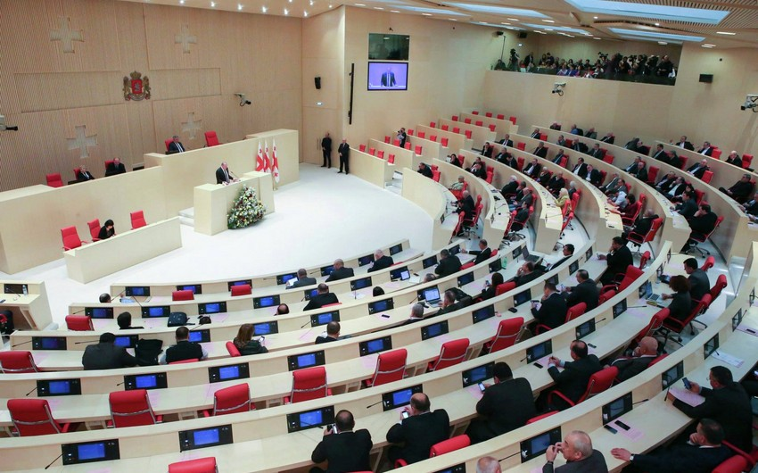 Gürcüstan parlamentinin iclası başlayıb, müxalifət zaldan çıxarılıb