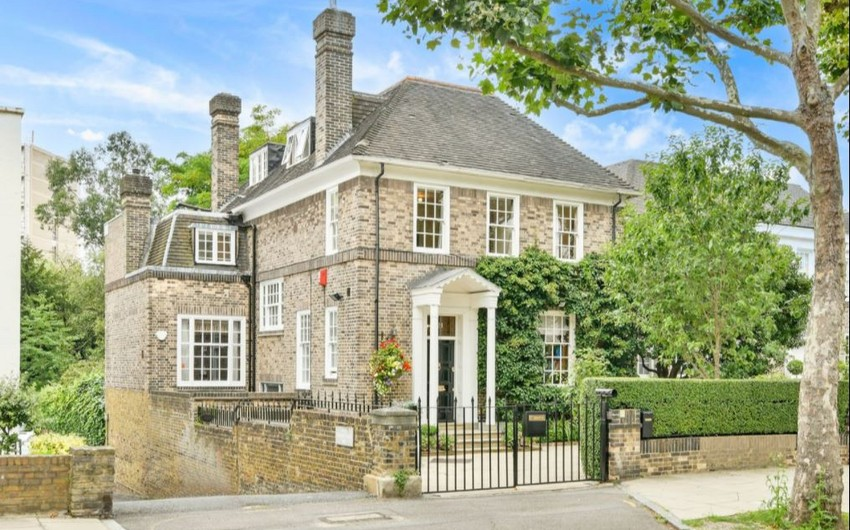 Fransanın müasir qurucusu Şar de Qollun evi satılır