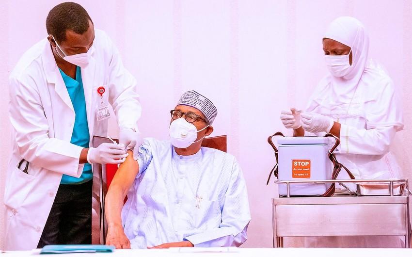 Президент Нигерии сделал прививку от коронавируса