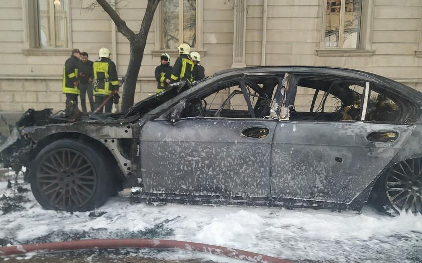 Bakının mərkəzində avtomobil yandı - FOTO - VİDEO