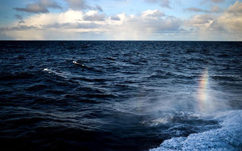 Sakit okeanda yük gəmisində yanğın başlayıb