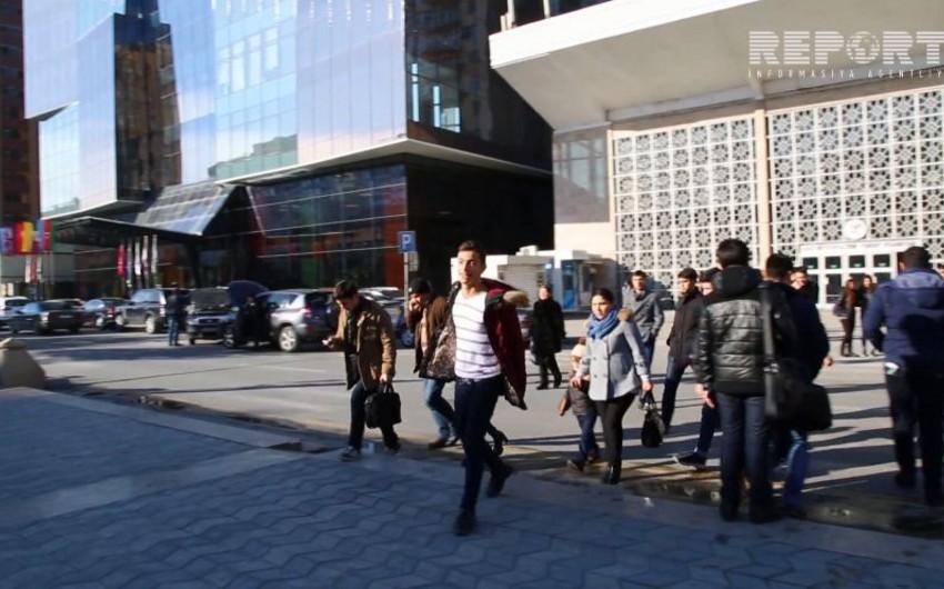 Пешеходы, нарушающие ПДД у светофора в Баку - ВИДЕОРЕПОРТАЖ