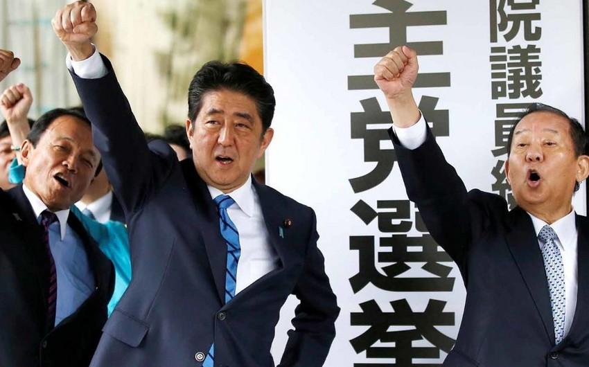 Yaponiyada keçirilən parlament seçkilərinin ilkin nəticələri məlum olub