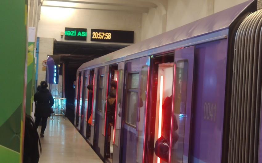 Metroda sərnişin özünü qatarın altına atdı - FOTO
