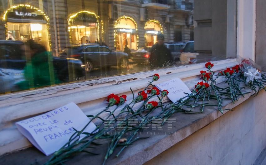 Bakı sakinləri Fransa səfirliyinin qarşısına gül dəstələri qoyublar - FOTOSESSİYA