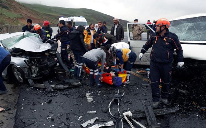 Türkiyədə iki avtomobil toqquşub, 5 nəfər ölüb, 10 nəfər yaralanıb