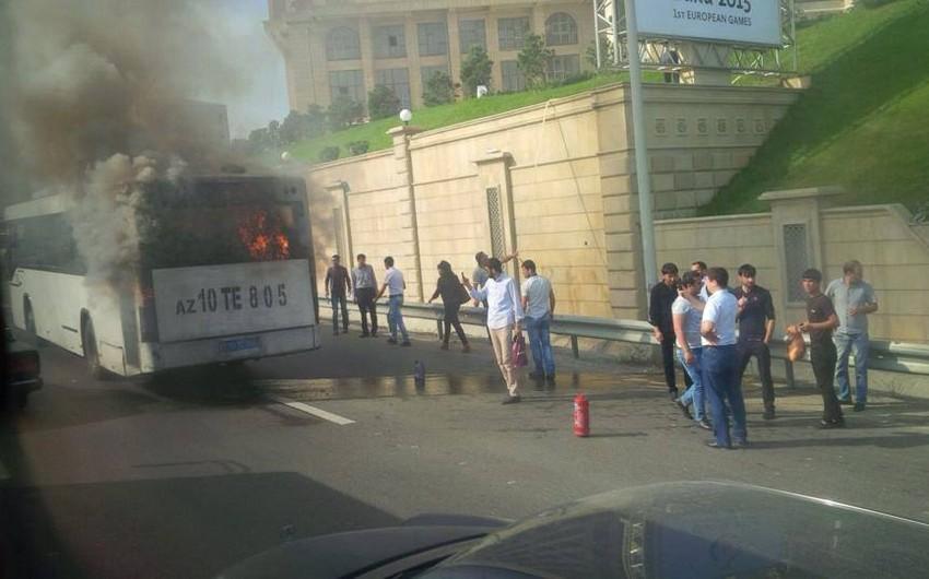 Bakıda sərnişin avtobusu yanıb - FOTO