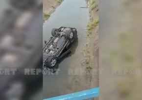 Cəlilabadda avtomobil aşaraq körpüdən su kanalına düşdü, xəsarət alan var