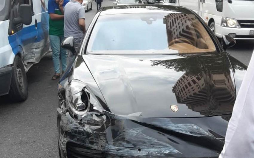 """Bakının mərkəzində """"Porsche"""" qəza törədib - FOTO"""