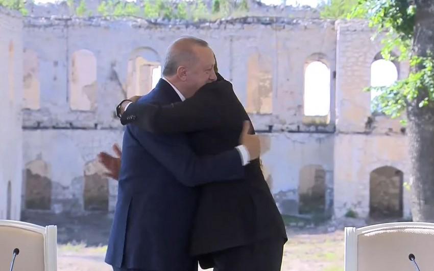 """Ərdoğana """"Zəfər"""" adlı Qarabağ atı və """"Xarıbülbül"""" kompozisiyası hədiyyə edilib"""