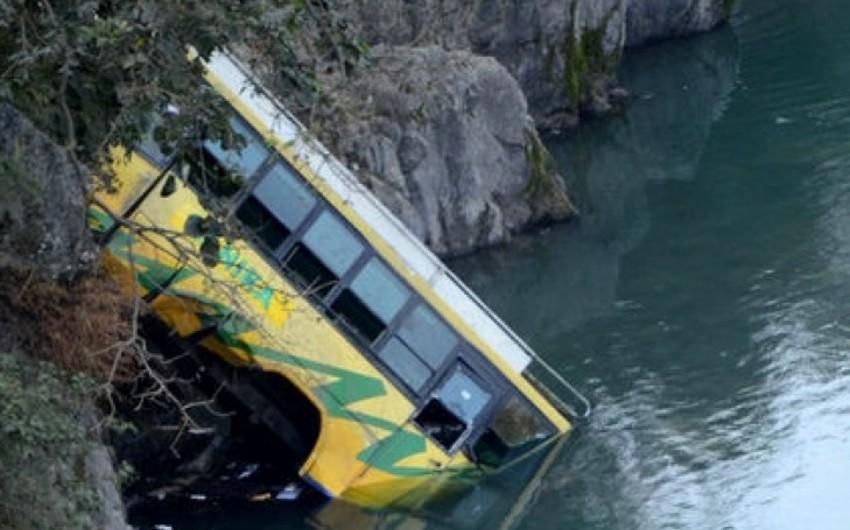 Çində iriqabaritli avtobus çaya düşüb