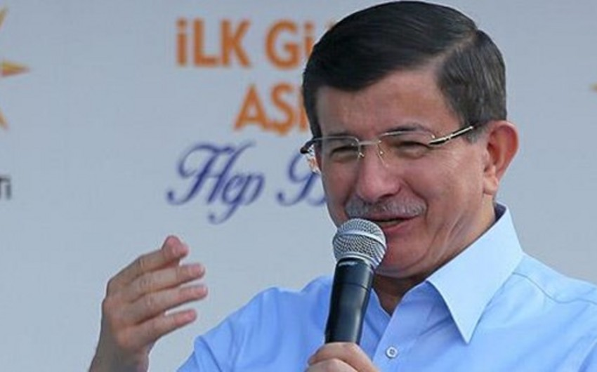 Əhməd Davutoğlu kürdyönümlü partiyanı terrorçularla əlbir olmaqda ittiham edib