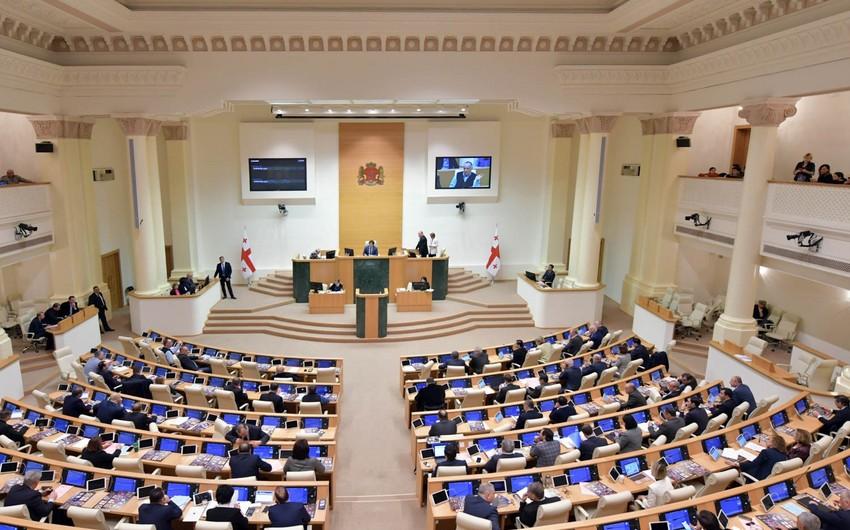 Gürcüstan parlamentində çoxluğu daha 2 deputat tərk edib
