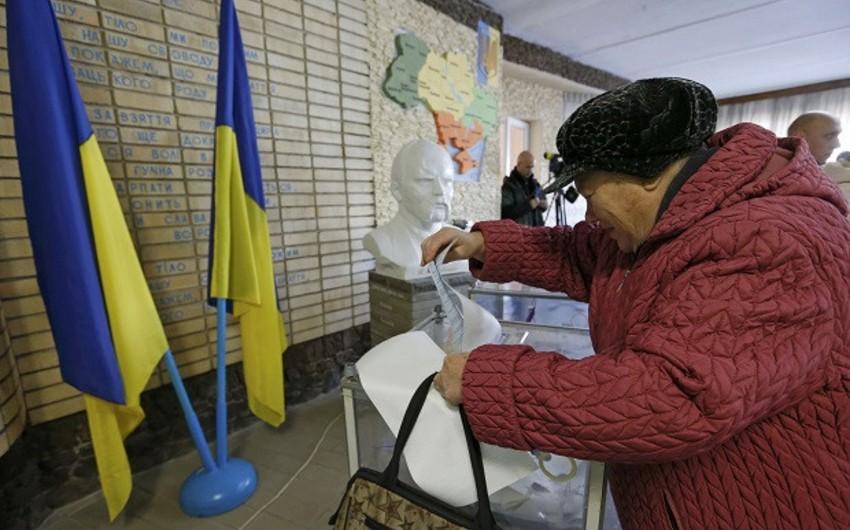 Ukrayna parlamentinə seçkilərdə Yatsenyukun Xalq cəbhəsi partiyası və Pyotr Poroşenkonun bloku liderlik edir
