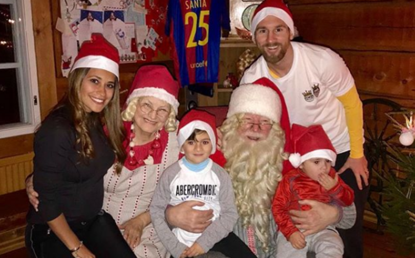 Messi Şaxta babaya Barselonanın formasını hədiyyə edib