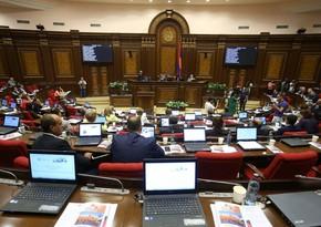 Hakim fraksiya Ermənistan parlamentinin işini pozub